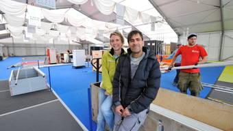 mia-Messeleiterin Caroline Möri und ihr Mann Christof Möri im fast ausgeräumten Grenchner Zelt.