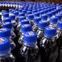 Die EU will die heute üblichen Deckel von Plastikflaschen verbieten. Das hat auch Folgen für die Schweiz.