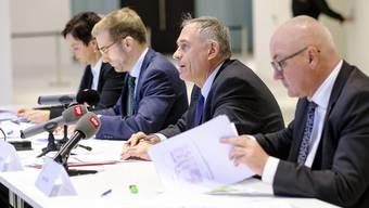 Erklärungsversuche zum Bau-Debakel: die vier verantwortlichen Regierungsräte aus Stadt und Land.