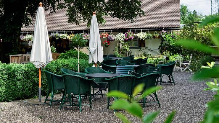 Blick in die Gartenwirtschaft im Innenhof von Schloss Böttstein.