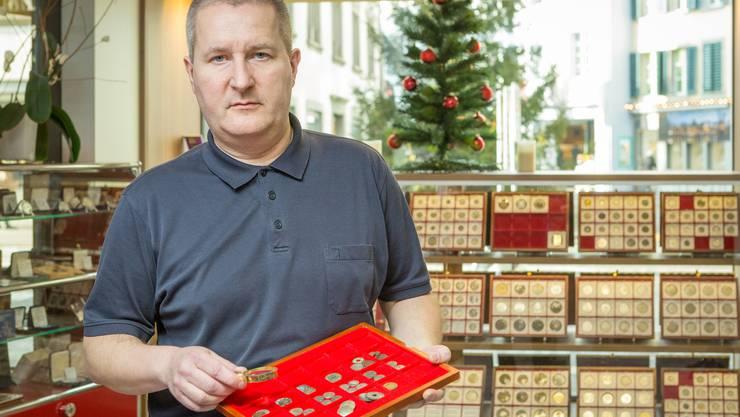 Patrick Huber in seinem Geschäft Münzen Huber an der Vorderen Vorstadt 9 in Aarau. Er feiert sein 25-jähriges Ladenjubiläum. In dieser Bildergalerie zeigt er einige seiner speziellsten Stücke.