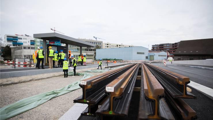 Mitte Jahr beginnen die Arbeiten an der zweiten Etappe der Limmattalbahn. Diese werden einige grosse Baustellen und Verkehrsumleitungen mit sich bringen.Claudio Thoma