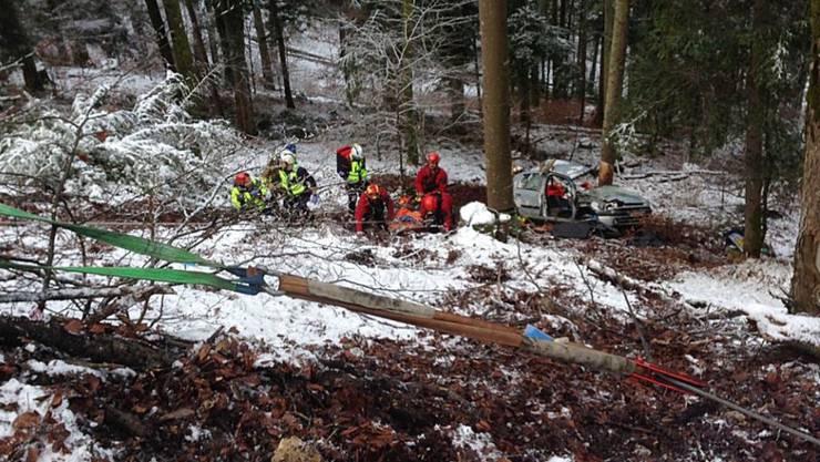 In dieser Böschung wurde der schwer verletzte Autofahrer am Mittwoch von Rettungskräften in Sicherheit gebracht - mehrere Stunden nach seinem Unfall.
