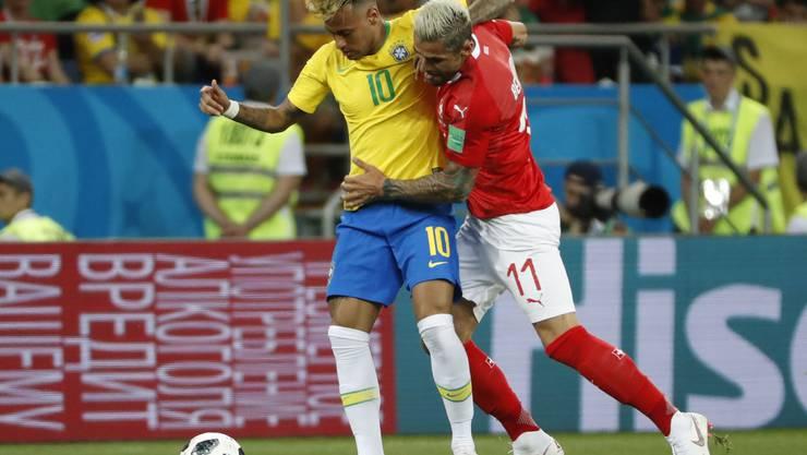 Behrami und Neymar geraten während des Spiels mehrmals aneinander.