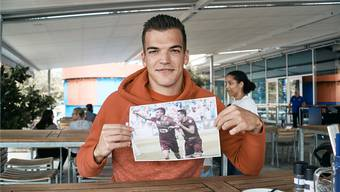 Kevin Bua posiert mit einem Jubelbild aus dem Jahr 2015, das den Genfer im Trikot von Servette zeigt.