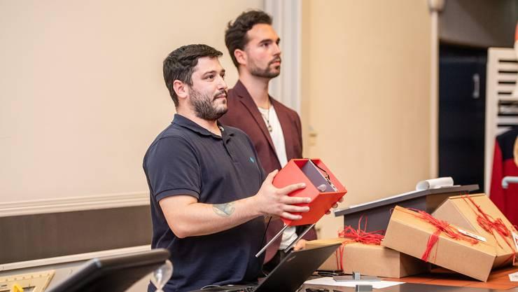 Jungunternehmer sind froh um Unterstützung (im Bild: Michael Tschartli und Roman Graber präsentierten den «Smartfeeder» an der Neugründer-Challenge).