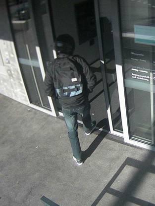 Er hatte einen dunklen Rucksack bei sich.