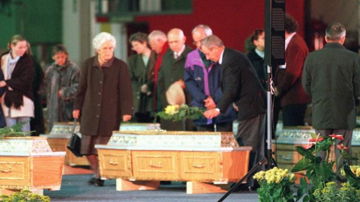 Hinterbliebene trauern am Mittwochabend, 19. Oktober 1997, in der Werfthalle III des Flughafens Zürich-Kloten um die Opfer.