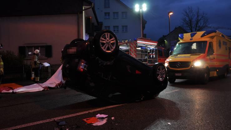 Das Auto prallte in Beitenbach in parkierte Fahrzeuge und überschlug sich dabei