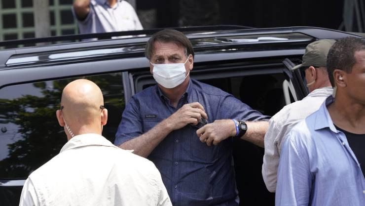 Jair Bolsonaro (M), Präsident von Brasilien, kommt zu einem Wahllokal, um bei den Kommunalwahlen in Rio de Janaiero seine Stimme abzugeben. Foto: Ricardo Borges/AP/dpa