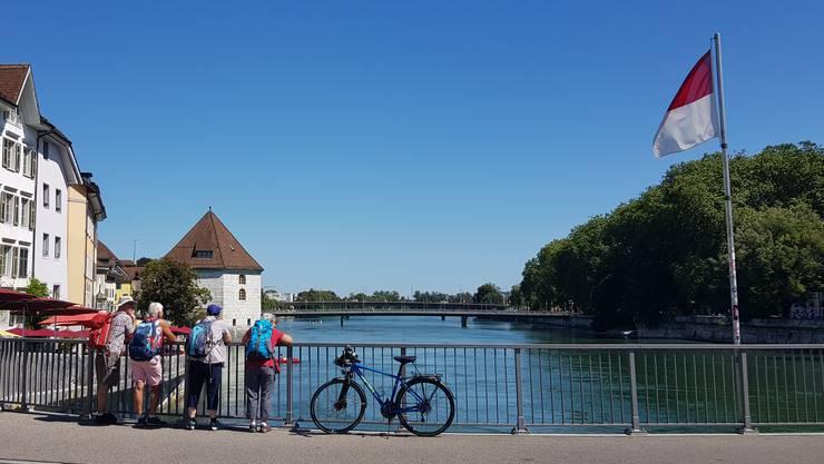 Wanderer machen auf der Wengibrücke eine Pause und geniessen den Blick auf Aare und Landhaus.
