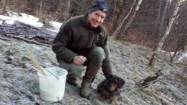 Das ganze Jahr im Wald unterwegs: Wildhüter und Pilzexperte This Schenkel mit Hündin Tyra. ©SRF