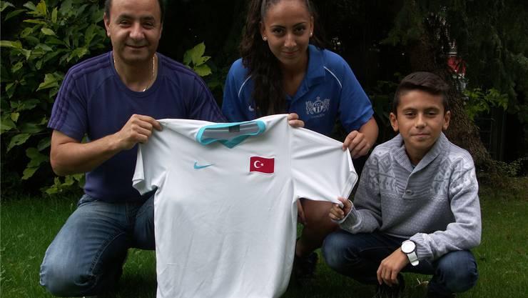 Zwei Trikots, eine Spielerin: Vater Mehmet Kursun, Tochter Cansu und Sohn Sila in Waltenschwil. afr