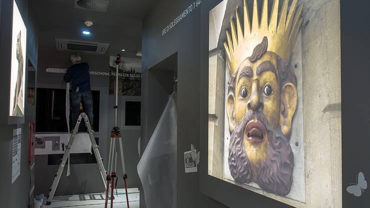 Durch die ganze Ausstellung «Spirito di Basilea» führen Lichtkästen mit Fotos von Sehenswürdigkeiten wie Lällekönig oder Münster.
