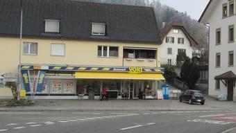 Im Dorfzentrum von Bottenwil kam es am Donnerstagmorgen zu einem Überfall auf den Volg. (Archiv)