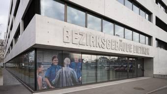 Das Bezirksgebäude Dietikon kostete über 64 Millionen Franken; bewilligt waren 52 Millionen.