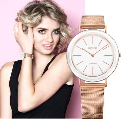 Hier präsentiert die 17-jährige Stefanie aus Schwyz eine Jowissa-Uhr.