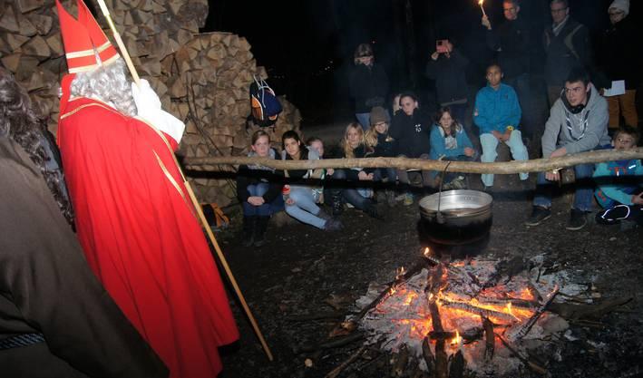 Der Samichlaus mit Knecht Ruprecht an der Waldweihnacht bei den Urdorfer Pfadfindern