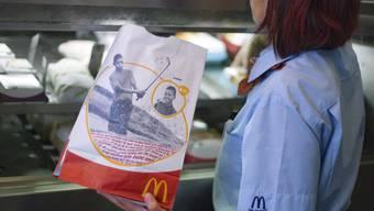 Bei McDonald's verdienen Frauen fast genau gleich viel wie Männer - eine Ausnahme, wie der Lohngleichheitsdialog zeigt (Archiv)