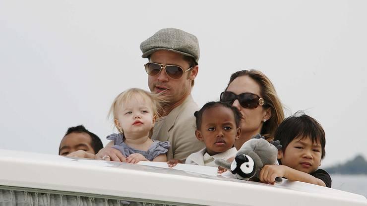 Pitt und Julie mit leiblichen sowie Adoptivkindern.