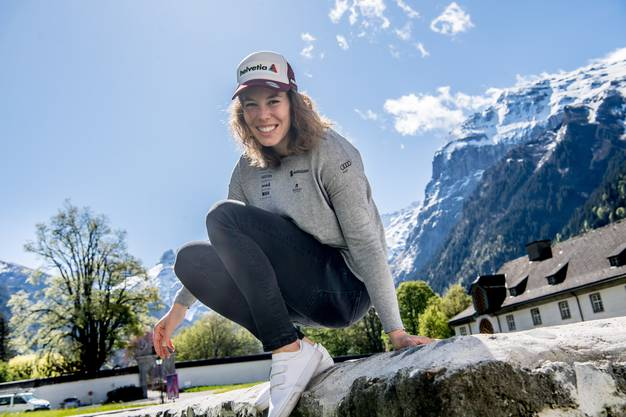 Michelle Gisin im Frühling während des Lockdowns zuhause in Engelberg im Klostergarten.