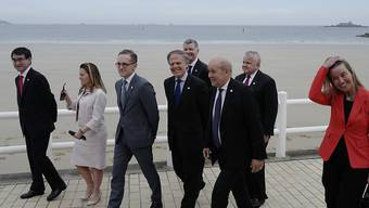 Die G7-Aussenminister mit der EU-Aussenbeauftragten Federica Mogherini (rechts) im bretonischen Dinard. Der französische Aussenminister Jean-Yves Le Drian (3. von rechts) führt die Spaziergänger an.