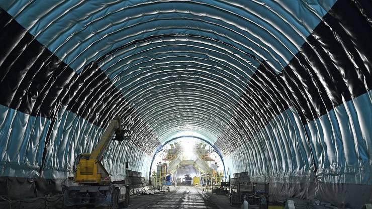 Die Wände werden abgedichtet, damit kein Wasser in den Tunnel läuft.