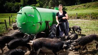 Christa Strub mit den Wollschweinen. Fotos: Ueli ChristoffeL/SRF
