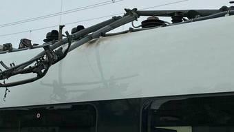 Der Intercity-Zug mit abgerissenem Stromabnehmer. Wegen der Fahrleitungsstörung kam es zu Ausfällen im Bahnverkehr.