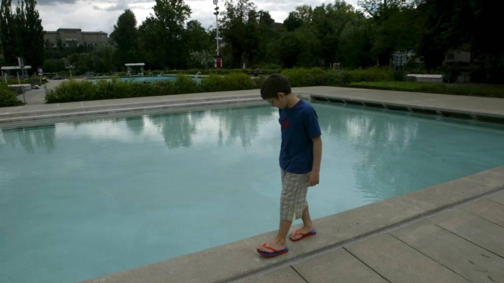Ein Knabe im Berner Schwimmbad Marzili. (Archivbild)