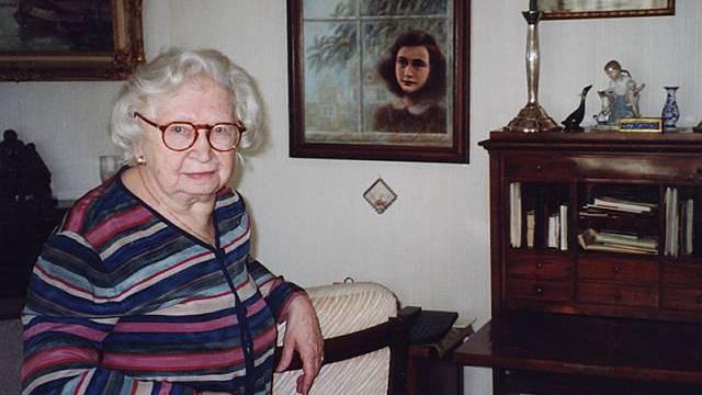 Miep Gies vor einem Bild Anne Franks