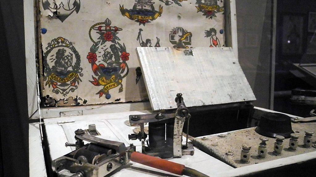 """Ein tragbarer Tätowier-Koffer aus den 1920er Jahren in der Ausstellung """"Tattooed New York"""" in der Historical Society in New York."""