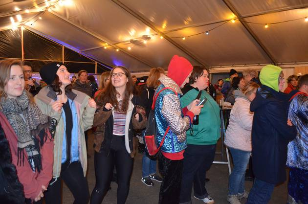 Fasnachtseröffnung in Windisch;Die Gäste an der Fasnachtseröffnung tanzen.