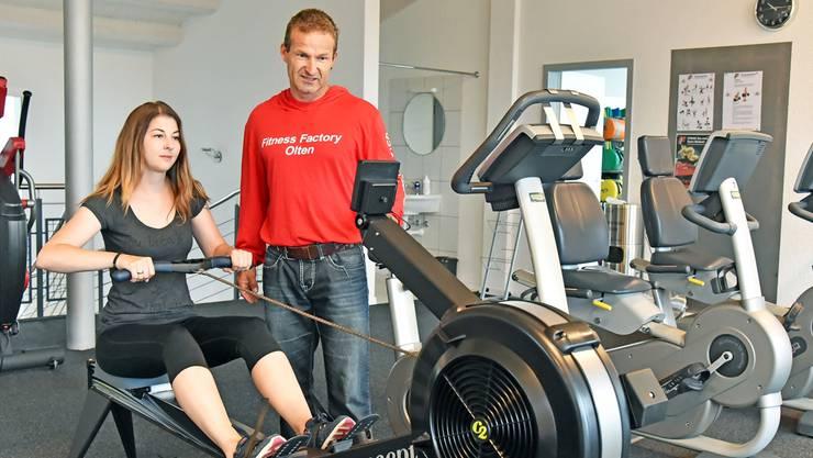 Pascal Jörg mit seiner ersten Kundin, Franziska Peier aus Olten, in der neu eröffneten Lady Fitness Factory.