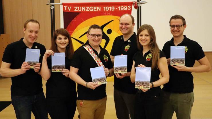 Der neu formierte Vorstand präsentiert die Jubiläumsschrift «100 Jahre Turnverein Zunzgen»: Roman Hofacker, Joana Frei, Thomas Ditzler, Markus Ettlin, Sandra Schaffner und Andreas Schaffner (von links).