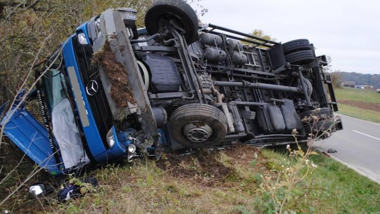 Der Chauffeur eines Lastwagens ist am Montagnachmittag bei einem Selbstunfall im Kanton Schaffhausen verletzt worden.