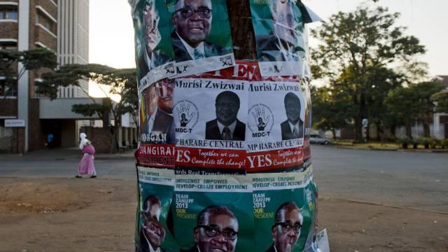Wahlplakate Mugabe und Tsvangirai in Simbabwe