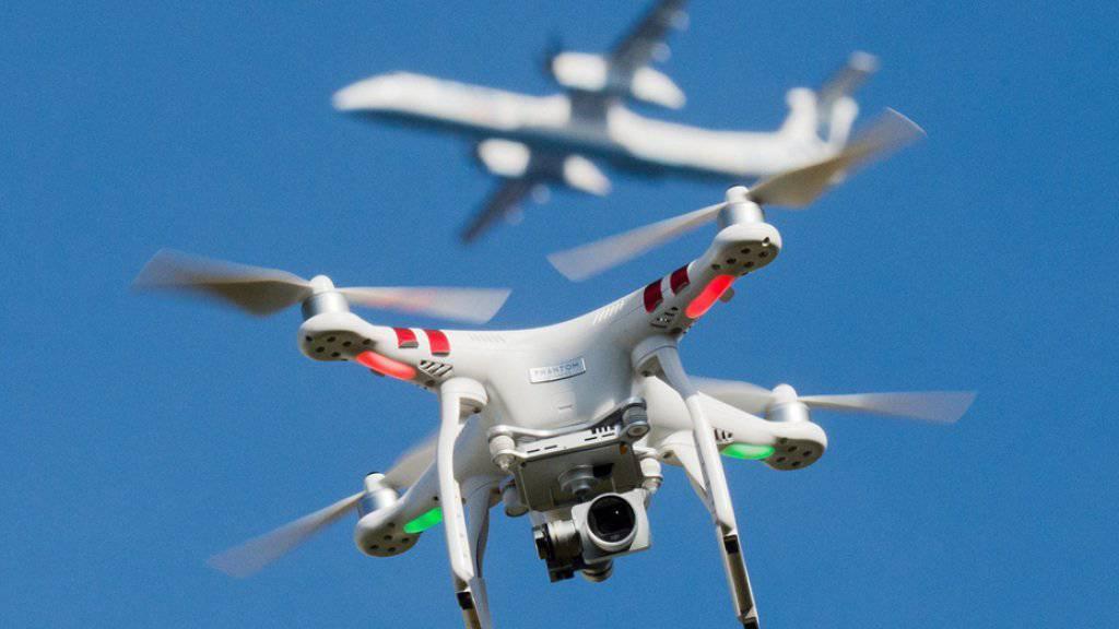 Drohnen können für Flugzeuge eine Gefahr darstellen. Anfang Juni kam es bei Bern zu einer gefährlichen Annäherung zwischen einem Business-Jet und einem unbemannten, ferngesteuerten Fluggerät. (Symbolbild)