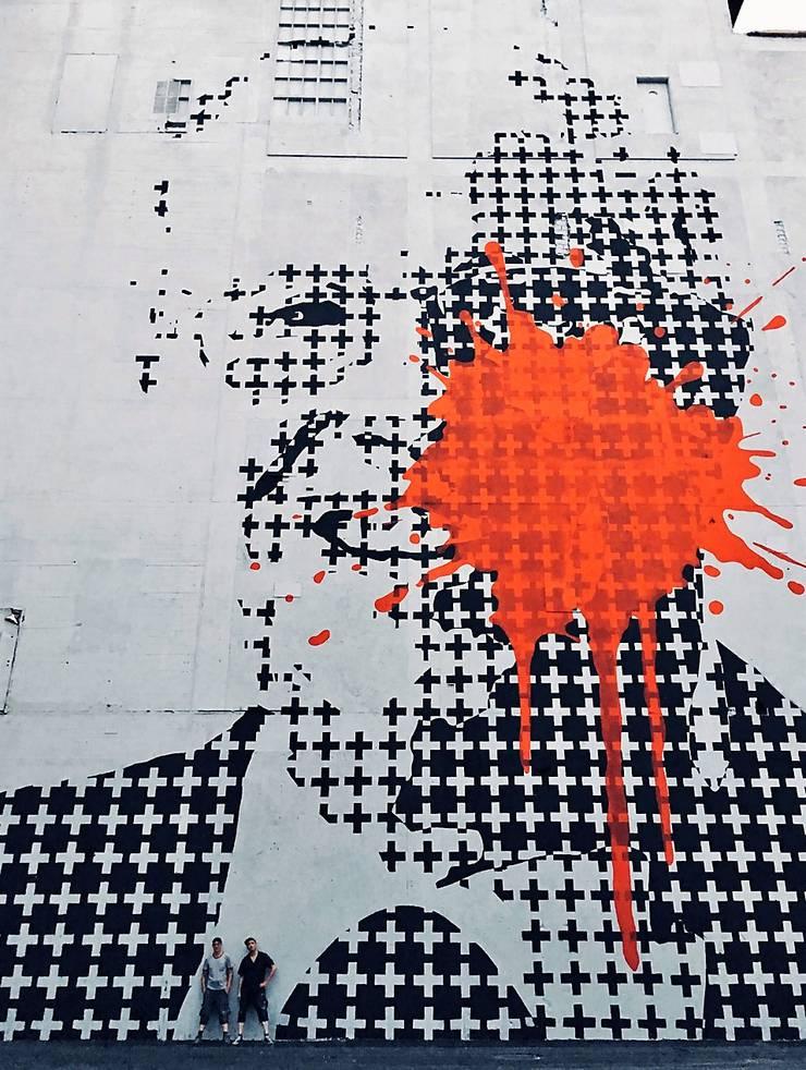 Das angeblich grösste Urban Art-Wandbild der Schweiz ist auf dem Areal Attisholz Nord entstanden. Die beiden Schweizer Künstler S213 und Gen Atem haben diesen Sommer ein 1000 Quadratmeter grosses Wandbild erschaffen. Es zeigt ein Porträt des umstrittenen Schweizer Politikers und Unternehmers Christoph Blocher, auf welches ein Farbanschlag verübt worden ist. Das Wandbild befindet sich auf einem Gebäude des Attisholz-Areals. Blocher war in den Jahren 2000 bis 2002 Besitzer der ZelluloseAttisholz AG. Das Areal steht am Anfang einer Umnutzung, welche durch die Zürcher Immobilienfirma Halter AG eingeleitet wurde und in den nächsten 22 Jahren vollzogen werden soll. (mgt/uby)