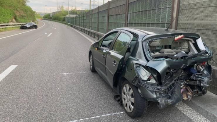Bei einem Auffahr-Unfall nahe Glattbrugg ZH sind am Sonntagnachmittag zwei Insassen eines Fahrzeugs verletzt worden.
