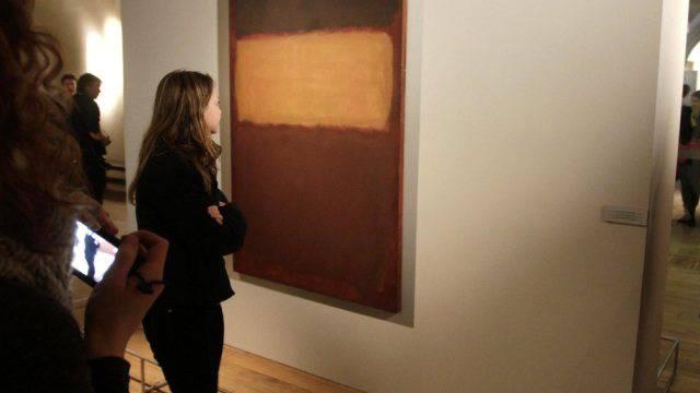 """Besucherin betrachtet Rotho-Gemälde """"Orangen und Schokolade"""""""