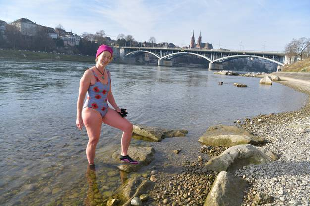 Mit den Füssen steht Moser bereits im januar-kalten Rhein.