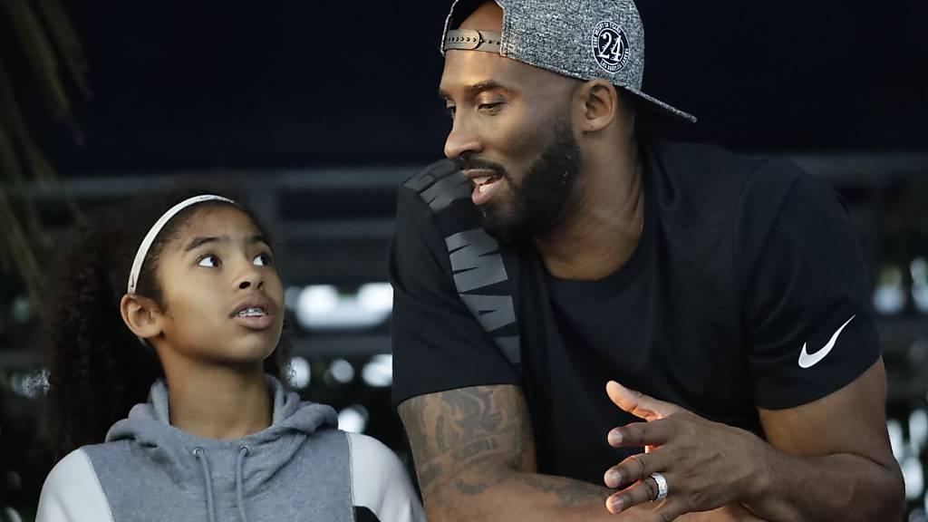 Der Basketball-Star Kobe Bryant, der zusammen mit seiner Tochter bei einen Helikopter-Unfall ums Leben gekommen war, ist posthum in die Hall of Fame der Basketballer aufgenommen worden.