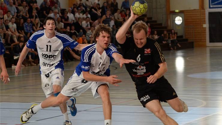 Birsfeldens Michal Gulbicki tankt sich kraftvoll durch die Bieler Verteidigung.