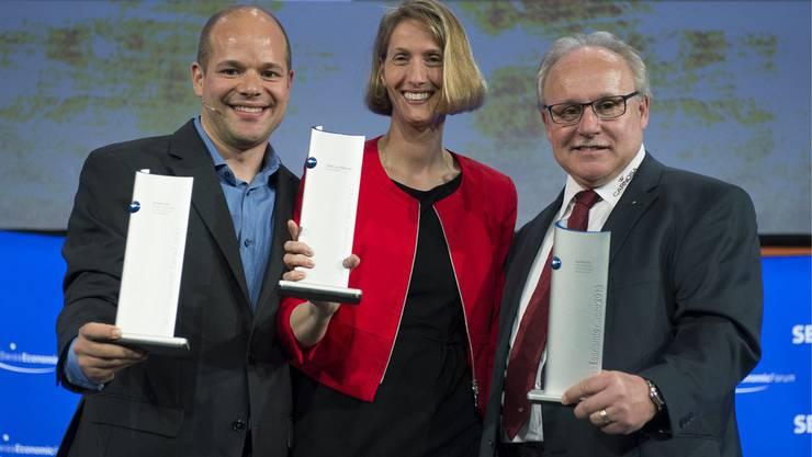 Die Sieger der Swiss Economic Award's Dr. Stefan Tuchschmid, CEO VirtaMed AG, Kategorie Hightech/ Biotech, Barbara Radtke, CEO Spitex zur Muehle, Kategorie Dienstleistung und Peter Glanzmann, Geschaeftsfuehrer Carnosa AG, Kategorie Produktion/ Gewerbe, von links, feiern am Swiss Economic Forum, am Freitag, 7. Juni 2013, in Interlaken.
