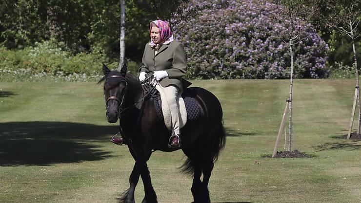 Die britische Königin Elizabeth II. hat sich seit Langem wieder einmal im Freien präsentiert.