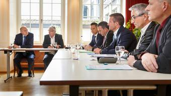 Sie werben für ein Ja zur «Milchkuh-Initiative» (v.l.): Andreas Burgener, alt Nationalrat Roland F. Borer, die Nationalräte Christian Imark und Walter Wobmann, Kantonsrat Urs Unterlerchner, Kurt Späti und Thomas Jenni.
