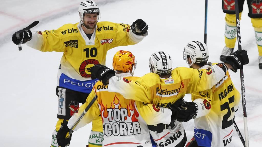 Die Berner jubeln in der frisch renovierten Eishalle von Fribourg-Gottéron