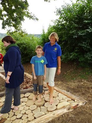 Enkel und Grossmutter Familie Amsler auf dem Barfusspfad Foto Walter Christen