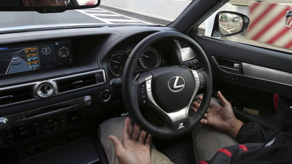Selbstfahrende Autos sind kein Blick in die Zukunft mehr. Die Beratungsstelle für Unfallverhütung empfiehlt, dass Fahrschulen möglichst rasch damit beginnen, die Lernfahrenden auch im Umgang mit Fahrassistenzsystemen und automatisierten Fahrzeugen zu schulen. (Symbolbild)